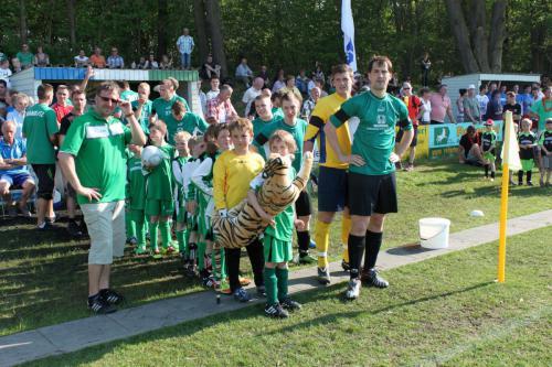 2012 01. Mai F-Junioren sind Einlaufkinder beim Derby gegen Union Klosterfelde