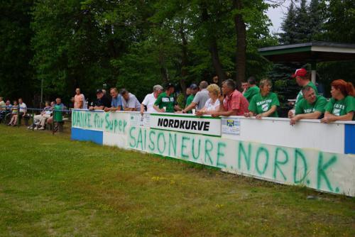 2015 13. Juni 1. Männer steigen in die Landesklasse auf - Nordkurve mit Plakat1