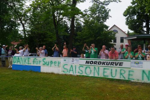 2015 13. Juni 1. Männer steigen in die Landesklasse auf - Nordkurve mit Plakat5