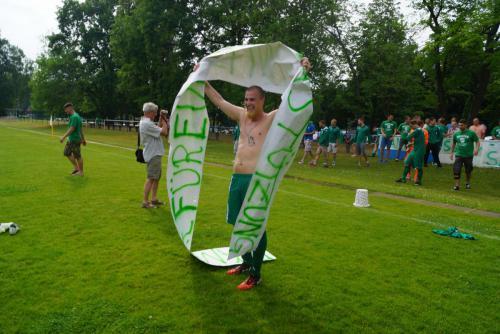 2015 13. Juni 1. Männer steigen in die Landesklasse auf - Paul Roller im Siegerrausc2