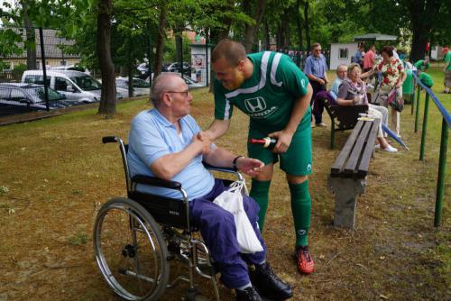 2015 13. Juni Paul Roller gratuliert Wandlitzer Edelfan im Rollstuhl